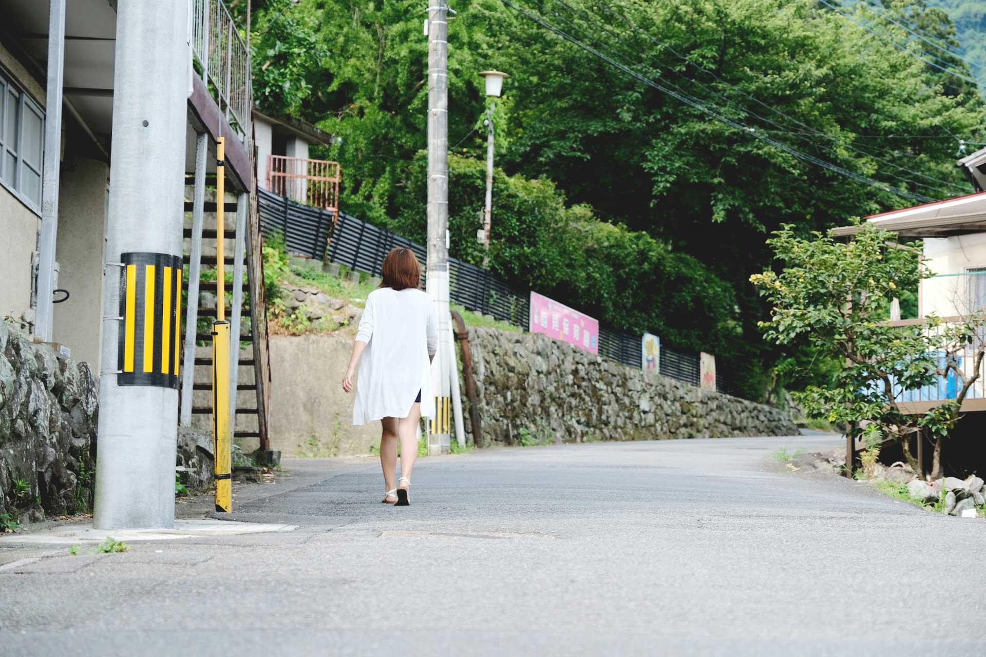 beauty and health guru walking to Asami Shrine in Beppu
