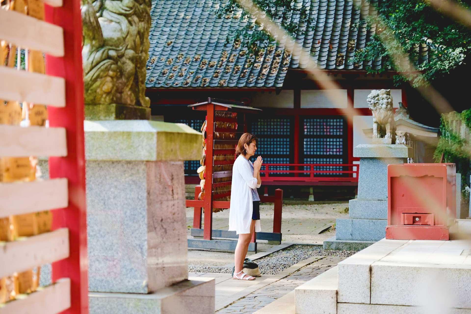 health and beauty guru praying at Asami Shrine in Beppu